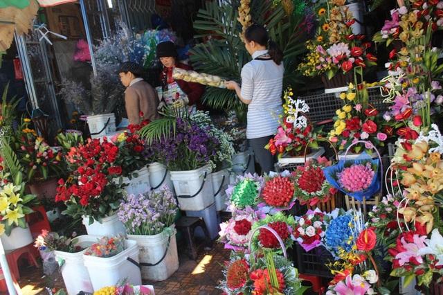 Tại các cửa hàng hoa giá cũng chỉ tăng khoảng 30% so với ngày thường