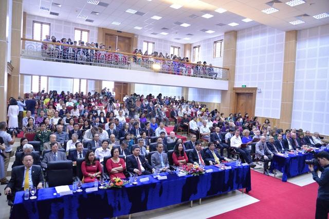 Các đại biểu về dự lễ Mít tinh kỷ niệm ngày Nhà giáo Việt Nam và kỷ niệm 50 ngày thành lập khoa tiếng Anh, tiếng Đức, tiếng Pháp