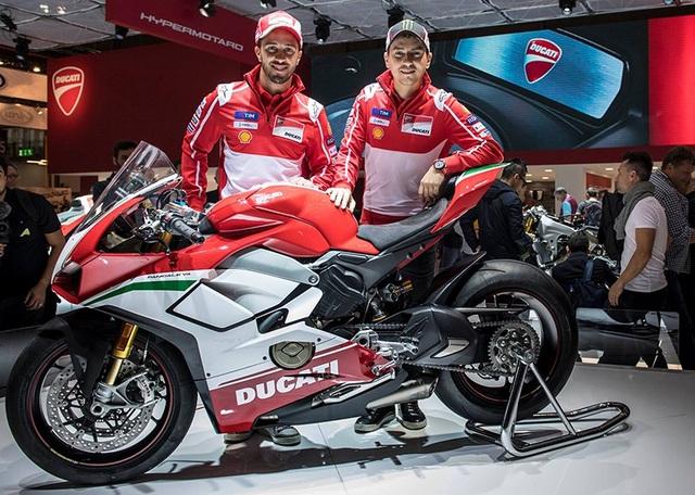 Hai tay đua A.Dovizioso và J.Lorenzo tại lễ ra mắt Panigale V4