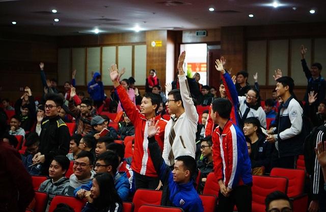 Sinh viên hào hứng đặt câu hỏi cho anh Hoàng Hải