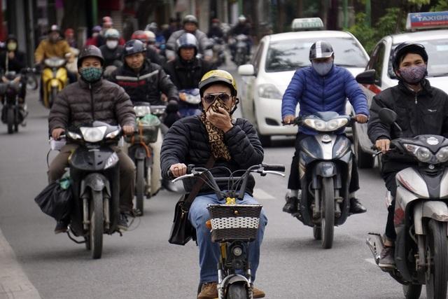 Người dân ra đường phải đệm nhiều lớp áo chống rét.