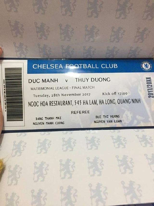 Cặp đôi fans Chelsea thiết kế thiệp cưới như vé xem bóng đá - 3