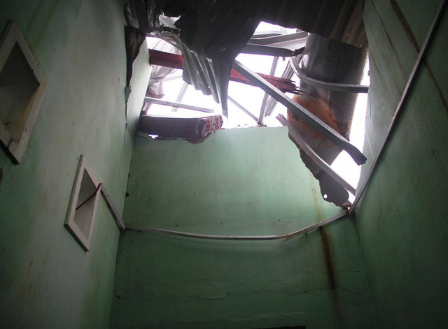 Một mảng tường lớn bị sập, mái nhà hư hỏng