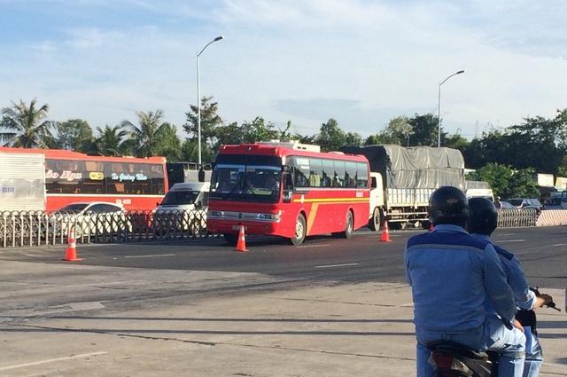 Riêng chiều từ TP Hồ Chí MInh về Vĩnh Long lượng xe về rất đông. Có lúc xe ùn ứ kéo dài 200-400m, buộc các nhân viên mở dải phân cách mềm cho xe sang lề trái vào làn dự phòng để nhân viên bán vé