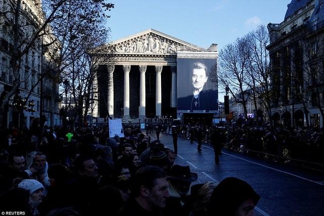 Xe tang tiến về phía nhà thờ Madeleine - nơi cử hành lễ tang chính thức. Tổng thống Pháp Emmanuel Macron là người có bài phát biểu bắt đầu buổi lễ.