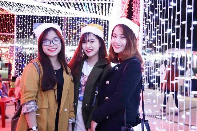 Giới trẻ check in các khu vui chơi, giải trí ở Đà Nẵng lấp lánh sắc màu Giáng sinh