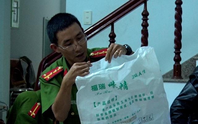 Bao bì bột ngọt Trung Quốc được chủ cơ sở mua về đóng vào bao hàng chất lượng cao