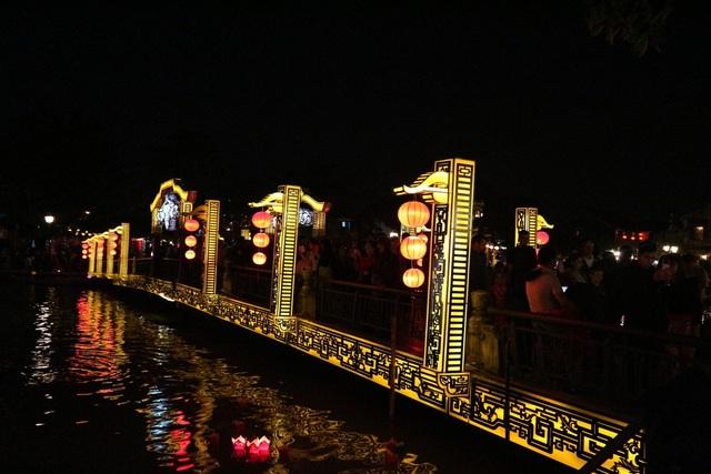 Đông đảo du khách đến với Hội An cùng hân hoan mừng năm mới trong đêm 31/12, cầu một năm 2018 an lành, hạnh phúc
