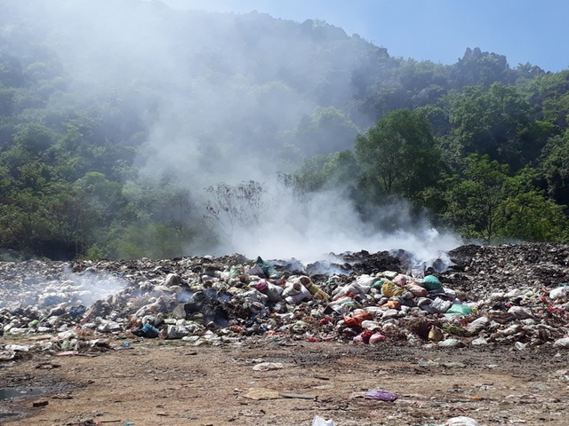 Cảnh đốt rác thường xuyên tại bãi rác gây khói mù mịt
