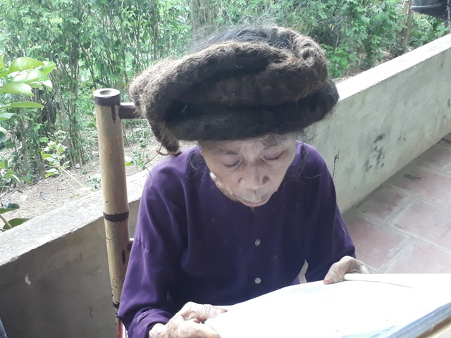 Tuy đã 81 tuổi nhưng cụ Nghiên còn khá minh mẫn, vẫn đọc được sách