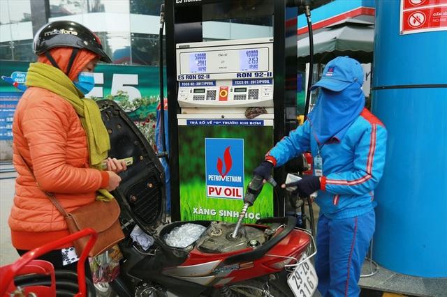 Mua xăng sinh học E5 tại cửa hàng xăng dầu trên quận Đống Đa (Hà Nội).Ảnh: HẢI NGUYỄN