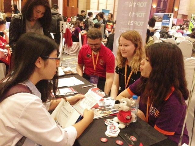 Nhiều bạn trẻ đến ngày hội tìm hiểu thông tin du học