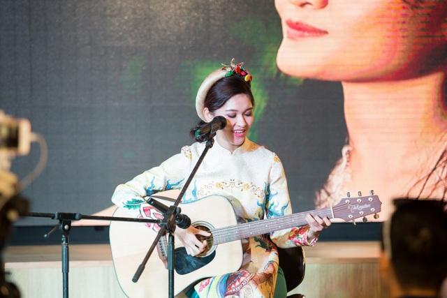 Thùy Dung có khả năng ca hát và đánh đàn guitar.