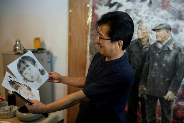 Ông Ji Zhengtai giới thiệu tác phẩm nghệ thuật tại bảo tàng Mansudae ở Bắc Kinh. Đây là phòng trưng bày chính thức của trung tâm nghệ thuật Mansudae, trực thuộc sự quản lý của chính phủ Triều Tiên. Tại đây, người tham quan có thể tìm thấy hàng loạt các bức tượng chân dung nhà lãnh đạo thế giới, băng-rôn khẩu hiệu tuyên truyền, các bức thêu…