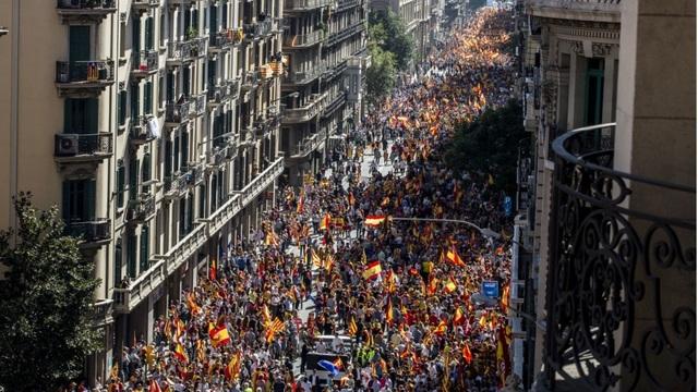 """Cuộc tuần hành do nhóm xã hội dân sự Catalonia tổ chức nhằm bảo vệ sự thống nhất của Tây Ban Nha. """"Ai cũng có quyền được nêu lên ý kiến của mình. Tôi đã từng cho rằng những người phản đối việc Catalonia ly khai không được lên tiếng. Hôm nay là ngày tuyệt vời khi toàn bộ người dân có thể được nói ra điều mong muốn"""", một phụ nữ Pháp sống ở Catalonia chia sẻ với RT. (Ảnh: Bloomberg)"""