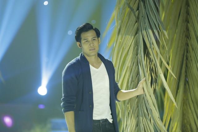 Diễn viên Thanh Thức thể hiện ca khúc Chuyện tình nghèo, nhưng do hồi hộp nên anh bị quên lời khiến trễ nhịp phần hát mở đầu.