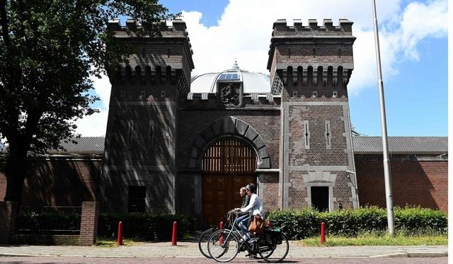 Khung cảnh đẹp thơ mộng bên ngoài nhà tù Boschpoort, nơi giờ đây đã trở thành khu văn phòng và khu vui chơi giải trí (Ảnh: AFP)