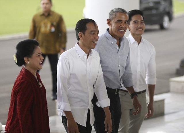 Ông Obama cũng gặp phu nhân ông Widodo, bà Iriana Joko Widodo, và con trai thứ 3 của họ. Bà Widodo là cựu Thống đốc thành phố Jarkata, nơi ông Obama sinh sống khi còn nhỏ. (Ảnh: EPA)