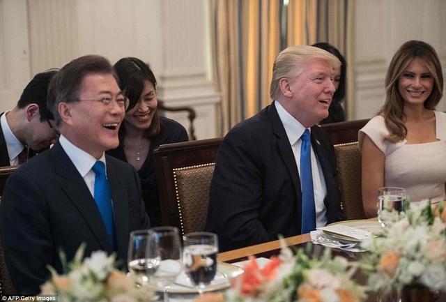 Ông Moon cũng được ông Trump phá lệ mời lên thăm khu vực riêng tư của ông trên tầng 3 Nhà Trắng. Đây là lần đầu tiên Tống thống Mỹ mời một nguyên thủ quốc gia nước ngoài thăm khu vực riêng tư, một quan chức Nhà Trắng cho biết. (Ảnh: Getty)