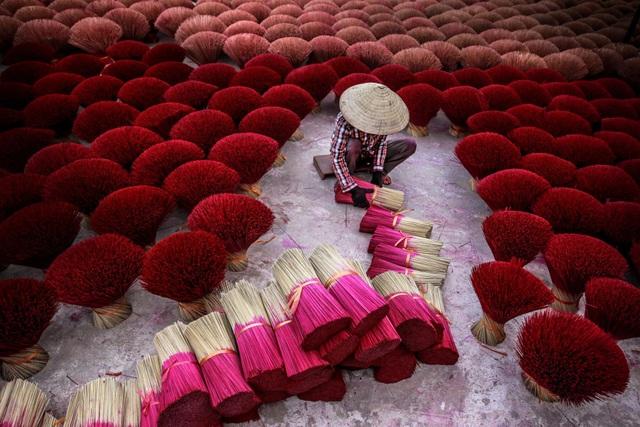 Hương đóng một vai trò hết sức quan trọng trong cuộc sống của người Việt Nam, là cầu nối của con người với thế giới tâm linh. Nghề làm hương là một nghề truyền thống có từ hàng ngàn năm nay ở Việt Nam. (Click vào đây để xem ảnh kích thước lớn)