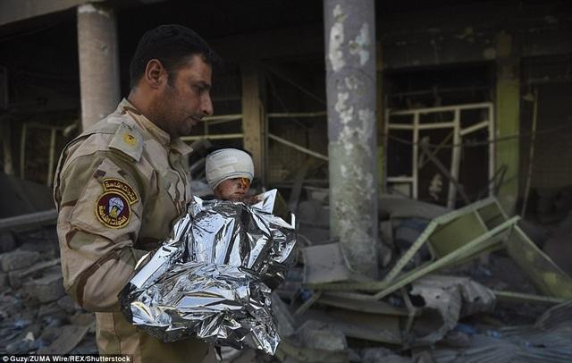"""Em bé được quấn bằng """"giấy bạc"""" để giữ ấm. Đứa trẻ có thể là người nước ngoài, vì các nhân viên y tế không hiểu được cậu bé nói gì. (Ảnh: Shutterstock)"""