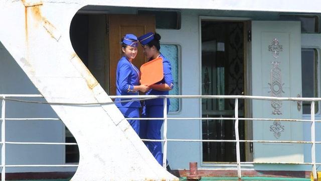 Phà chở khách này vốn trước được khai thác để đưa người dân di chuyển từ cảng Wonsan tới cảng Niigata của Nhật Bản. Tuy nhiên, do lệnh trừng phạt năm 2006, dịch vụ phà đã bị ngừng. Dù vẫn đang neo đậu ở Wonsan, nhưng trên phà vẫn có một nhóm nhân viên và thủy thủ đoàn.