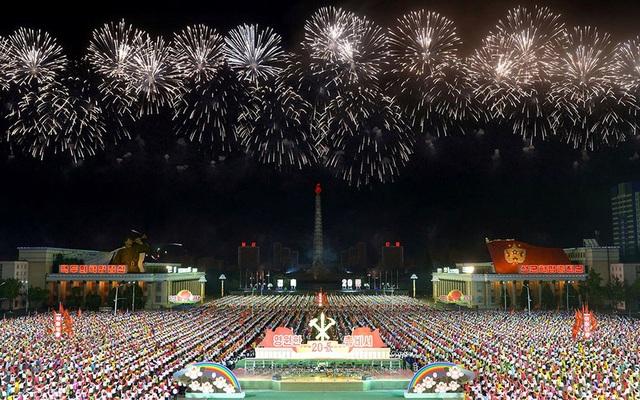 Biển người tham gia buổi lễ kỉ niệm hết sức long trọng tại quảng trường Kim Nhật Thành với cờ hoa. (Ảnh: KCNA)