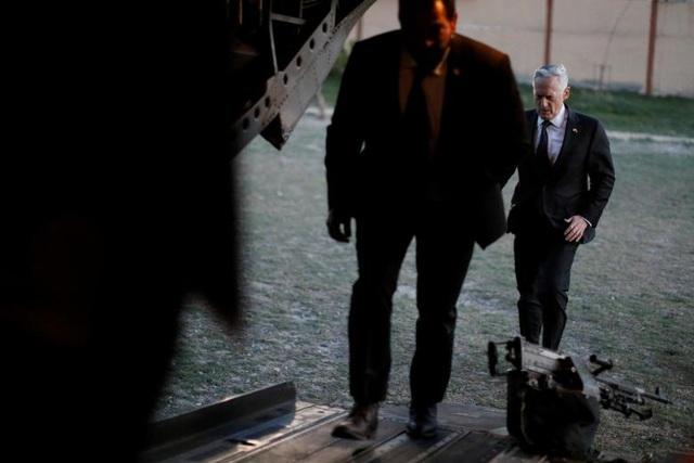 Bộ trưởng Quốc phòng Mỹ James Mattis lên trực thăng đến trụ sở văn phòng Hỗ trợ kiên định tại Kabul, Afghanistan. Ông từng là đại tướng thủy quân lục chiến và gắn bó với nhiều chiến dịch của quân đội Mỹ trong suốt 20 năm qua.
