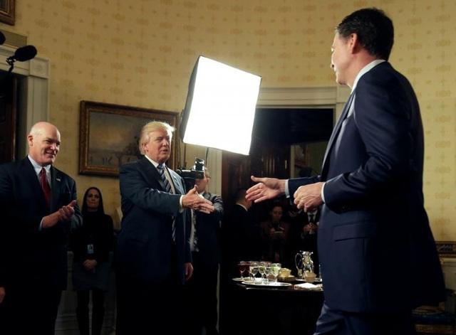 Ông Trump chào đón cựu Giám đốc FBI James Comey tại Nhà Trắng ngày 22/1/2017. (Ảnh: Reuters)