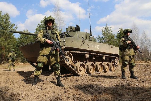 Quân đội 2 nước đã điều động 12.700 quân nhân, trong đó có 7.200 binh sĩ Belarus và 5.500 binh sĩ Nga, cũng như 70 máy bay, 680 thiết bị quân sự mặt đất, trong đó có 250 xe tăng. Theo TASS, đây là cuộc tập trận lớn nhất của Nga và Belarus trong năm 2017.