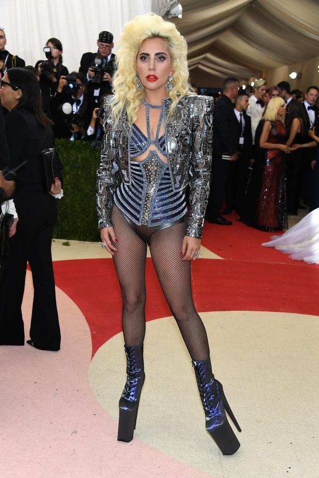"""Gaga vẫn gợi nhớ lại sự """"điên cuồng"""" một thuở của mình, dù vậy, cô đã tìm ra được hướng đi mới trong cách thể hiện, với một sự tiết chế hơn, bớt gây sốc hơn."""