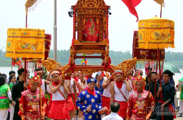 Trai Hà Nội mặc váy rước nước trên sông Hồng - 5