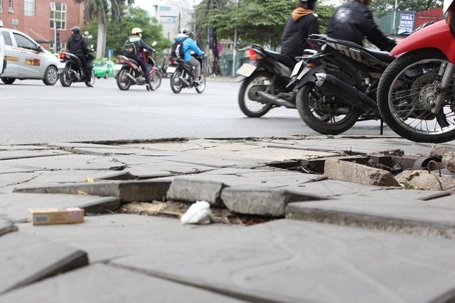 """Hà Nội: Đá lát """"bền vững 70 năm"""" vỡ nát sau hơn 1 năm sử dụng - 10"""