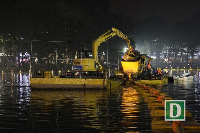 Gần 200 công nhân trắng đêm nạo vét hồ Hoàn Kiếm - 10