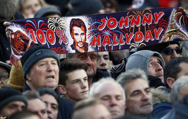 Đông đảo fan của nghệ sĩ Hallyday thuộc nhiều thế hệ đã cùng xuống đường tiễn đưa nghệ sĩ.