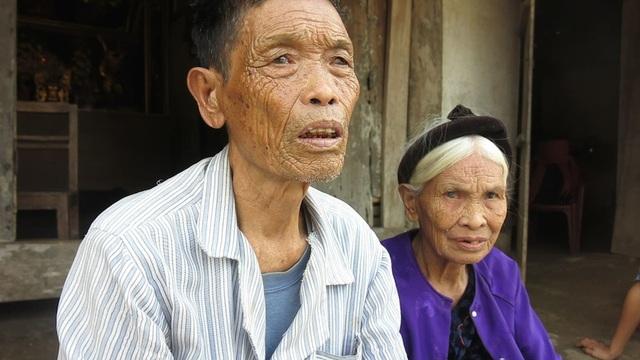 Cụ Nguyễn Quang Cầm và bà Hoàng Thị Minh đều đã ngoài 80 tuổi (bố mẹ chồng chị Hùng) ngồi lặng lẽ đưa đôi mắt đã đục ngầu nhìn về phía xa.