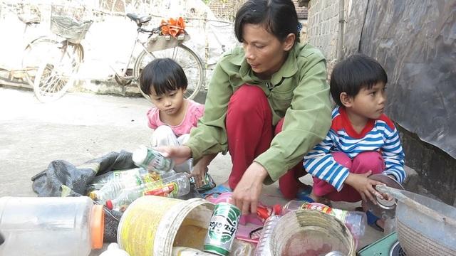 Hằng ngày để có tiền cho con ăn học, nuôi gia đình chị phải đi nhặt phế liệu bán kiếm tiền