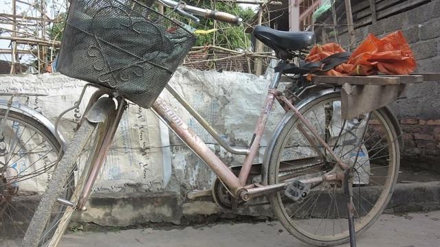 Chiếc xe đạp cà tàng là vật dụng đáng giá để chị bươn chải kiếm ăn mỗi ngày.