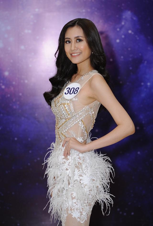 Nguyễn Diễm Uyên (SBD 308) quê gốc ở Nam Định nhưng sinh ra và lớn lên tại TPHCM, hiện là sinh viên chuyên ngành Kinh doanh quốc tế. Cô mang đến cuộc thi sự thông minh và vẻ đẹp hiện đại, khác biệt so với các thí sinh còn lại.