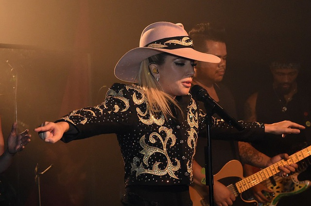 """Khả năng biến hóa trên sân khấu của Gaga khiến cô có thể được xem là """"bậc thầy phong cách""""."""