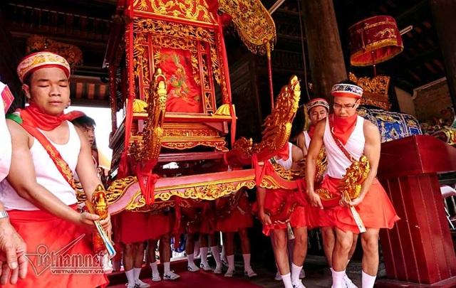 Đoàn phụ giá mặc trang phục váy đỏ, đai đỏ (trước đây là đóng khố)
