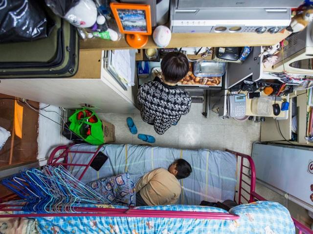 """Người dân Hồng Kông từ lâu cũng đã """"nổi tiếng"""" với những ngôi nhà nhỏ xíu nhưng là nơi sinh sống của cả một gia đình. Như trong bức ảnh, một gia đình sinh sống trong căn hộ siêu nhỏ có diện tích chỉ… 5,5 m2, dù vậy, họ vẫn phải trả tiền nhà ở mức tương đương hơn 11 triệu đồng/tháng."""