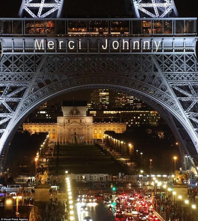 """Trên tòa tháp Eiffel xuất hiện dòng chữ """"Cảm ơn Johnny""""."""