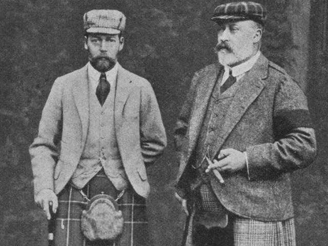 Vua Edward VII (trái) hồi năm 1901. Có thể thấy trong ảnh, ông không cài khuy cuối của áo chẽn.
