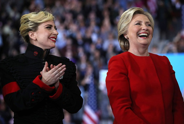 """Gaga diện chiếc áo khoác từng một thời thuộc về """"ông vua nhạc pop"""" Michael Jackson. Cô đã mua được chiếc áo tại một cuộc đấu giá."""