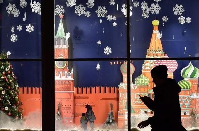 Một cửa hiệu ở Moscow, Nga, trang hoàng đón Giáng sinh.