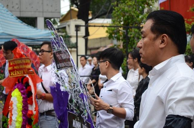 NSƯT Tạ Minh Tâm là người tất bật chỉ đạo mọi thứ trong tang lễ của thầy mình.