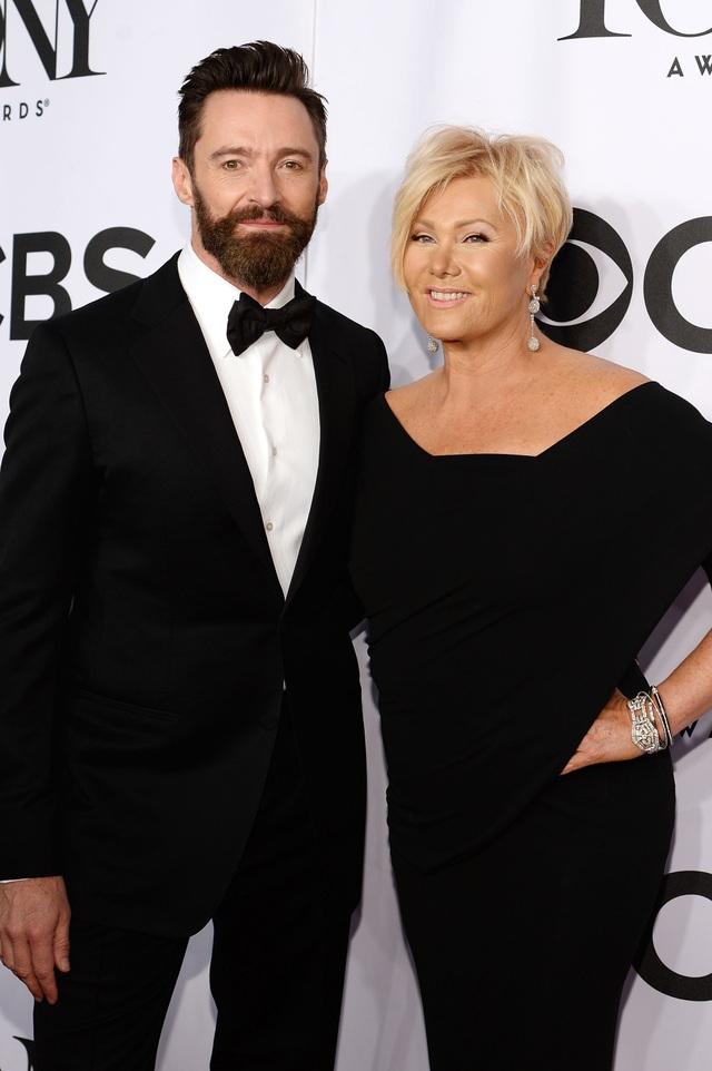 """Deborra-Lee Furness và Hugh Jackman - Khoảng cách 13 tuổi: """"Người Sói"""" Hugh Jackman đã kết hôn với nữ diễn viên Deborra-Lee Furness năm 1996, hiện tại, cặp đôi có hai người con chung. Điều đặc biệt, họ là người bạn đời đầu tiên của nhau và đã gắn bó trong một cuộc hôn nhân bền chặt kéo dài 21 năm. Hiện giờ, Hugh Jackman 48 tuổi, Deborra-Lee 61 tuổi."""