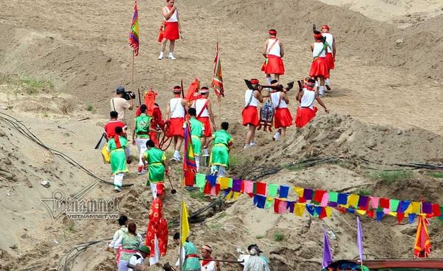 Đội quân phù giá khiêng nước sông lên đình Chèm để chuẩn bị làm lễ Mộc Dục tắm bài vị cho Đức Thánh