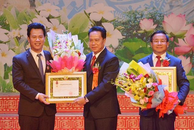 ...và trao Huân chương Tự do hạng III cho các ông: Lê Đình Sơn - Bí thư Tỉnh ủy, Đặng Quốc Khánh - Chủ tịch UBND tỉnh.